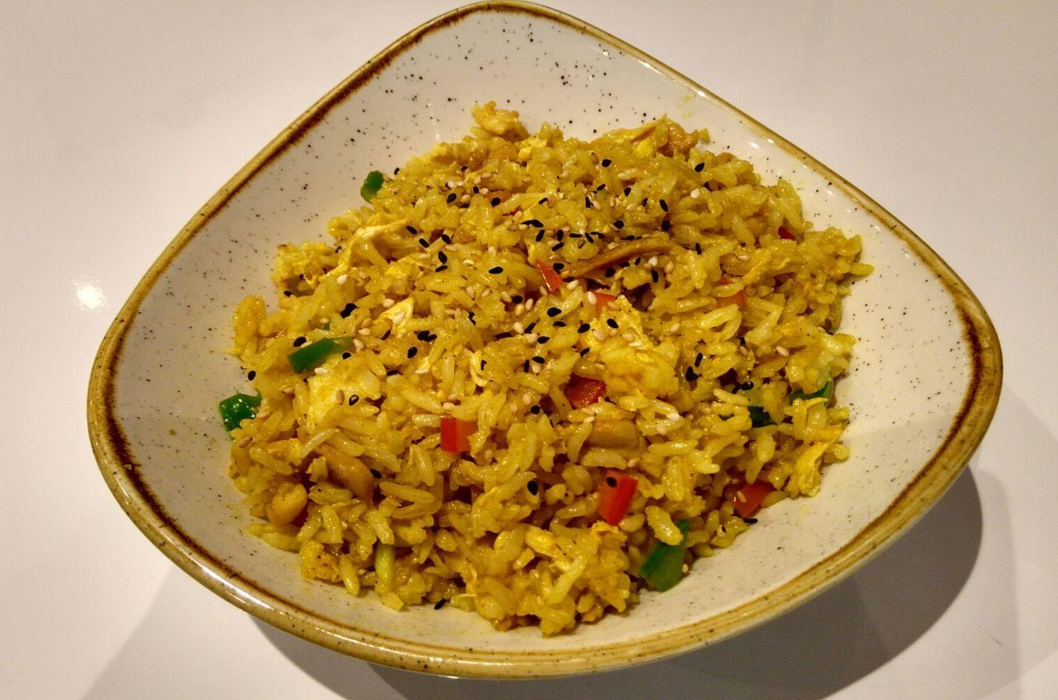 Arroz frito con pollo al curry